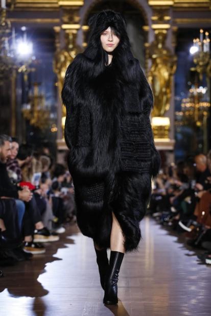 FOR-FASHION-NEWS-ONLY-paris-fw-2015-2016-Stella-McCartney_faux-fur-black