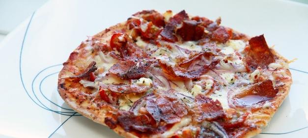 mnm_2015_recette_pizza_tomates_feta_bacon_oignons_01c